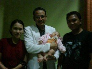 Mrs Yanti dan hubby dengan putrinya yang putih nan cantik